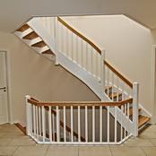Holztreppe mit weißen Wangen und hellen Holzstufen