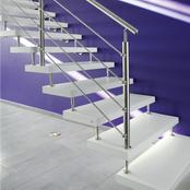 Freitragende Kenngott Treppe mit weißen rutschhemmenden Stufen in weiß mit Edelstahlgeländer