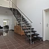 Stahl Zweiholmtreppe mit Holzstufen in Buche dunkel gebeizt und Relinggeländer aus Edelstahl