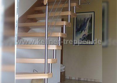 Treppe mit Holzwangen Stufen in Buche massiv und Edelstahlgeländer